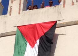 La localidad gaditana de Conil despliega una bandera saharaui en la Torre de Guzmán en solidaridad con el Sáhara