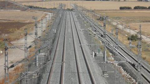 La segunda vía del tramo de 32 kilómetros de la línea de alta velocidad Sevilla-Cádiz, comprendido entre Las Cabezas de San Juan y el Aeropuerto de Jerez, ya está puesta en funcionamiento