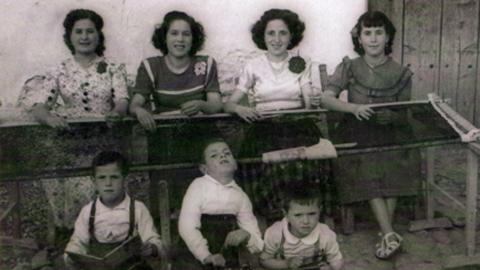 """La exposición fotográfica """"Femenino Plural"""" de la Federación de Asociaciones de Mujeres Sulayr se podrá visitar en Benalua hasta el 14 de mayo para recuperar la historia de la mujer en la comarca de Guadix"""