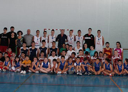 El Área de Deportes del Ayuntamiento de Álora hace entrega de diplomas para clausurar la temporada 2013-14 de las escuelas deportivas de atletismo, baloncesto y fútbol