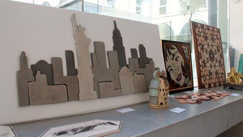 Marchena exhibe una muestra de los trabajos del alumnado de la Escuela de Cerámica, dirigida por Juan Manuel Herrera, en la que se pueden apreciar obras y estilos muy variados que van desde lo más tradicional a lo más moderno