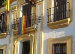 Guillena se integra en la Red de Municipios Orgullosos y cuelga en el Ayuntamiento la banda arcoiris sumándose así a la celebración del Día Internacional del Ogullo LGTB
