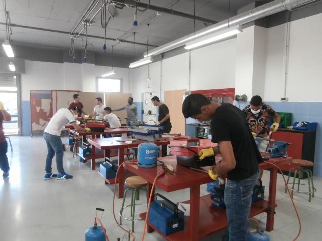 13 jóvenes en riesgo de exclusión social dela barriada hispalense del Polígono Sur asisten a un curso de formación sobre fontanería y electricidad básicas