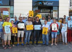 La Plataforma contra las Cláusulas Suelo Abusivas de Paradas protesta en los bancos de la localidad que mantienen estas cláusulas abusivas a los vecinos y vecinas del municipio