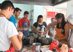130 jóvenes de entre 13 y 25 años de Osuna participan durante el mes de agosto en un taller de cocina englobado en un proyecto de formación que cumple ya su sexta edición