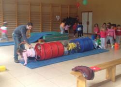El polideportivo de La Marina de Tarifa acoge una gymkhana infantil gratuita que tiene la diversión y el deporte como reclamos centrales para los más pequeños