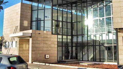El edificio «El Potro», que alberga el consultorio médico y elcentro social de Huércal de Almería, cuenta con una nueva cubierta que soluciona los problemas estructurales que sufría el inmueble