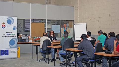 15 desempleados y desempleadas de La Rinconada obtendrán una formación básica de 60 horas en el curso de Domótica y Monitorización del consumo en edificios impartidas por la Fundación Laboral de la Construcción