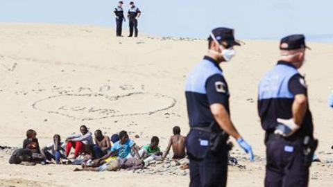 Una veintena de personas inmigrantes han estado cinco horas aisladas en una playa canaria por sospechas de ébola