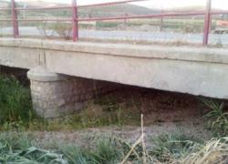 Un grupo de agricultores de la localidad de Huétor Tájar limpia el arroyo Milanos para evitar los devastadores efectos de futuros desbordamientos para sus cosechas