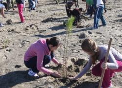 Un centenar de escolares de Estepona participa en una campaña de reforestación que organiza la Mancomunidad de Municipios de la Costa del Sol y el Ayuntamiento del municipio malagueño