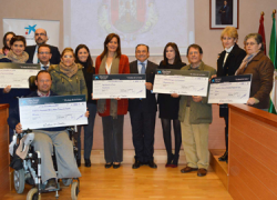Cuatro colectivos de fuerte compromiso social en la localidad sevillana de Osuna reciben un importe total de 12.000 euros en subvenciones por parte de una entidad bancaria