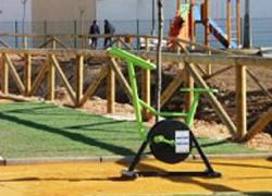 Finalizadas las obras de adecentamiento de las márgenes del río Seco de Pedrera con la instalación de un camino de albero, césped artificial y un espacio destinado al juego infantil y la gerontogimnasia