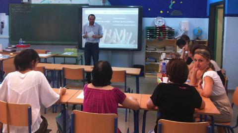 La Lanzadera de Empleo y Emprendimiento Solidario de Acción contra el Hambre en el Polígono Sur de Sevilla recauda fondos para abrir la Escuela de Padres y Madres del CEIP Paz y Amistad