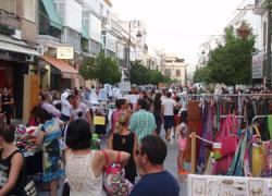 La campaña de comercio abierto de Sanlúcar de Barrameda hace más accesible el comercio local gracias al mercadilla outlet, donde más de treinta negocios ofrecen sus mejores productos