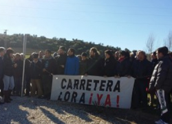 Integrantes de la plataforma 'Carretera de Lora' y parte de la población de Alcalá del Valle protestan paralizando las obras de la CA-9107 con el fin de reclamar un nuevo trazado de la vía