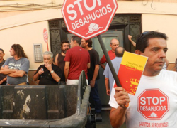 """La Plataforma Stop Desahucios de Vera, junto a la de otros 4 municipios almerienses, se moviliza esta mañana en la ciudad de Almería para pedir a los bancos que """"practique negociaciones en vez de ejecuciones"""""""
