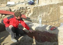Un grupo de arqueólogos encuentra vestigios de un edificio público romano de dimensiones colosales, situado en la Plaza de Armas de Écija, zona que albergará el futuro Parque Arqueológico