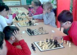 Casi un centenar de niños y niñas de Marchena han participado en la III edición del campeonato de ajedrez del CEIP Nuestro Padre Jesús Nazareno, además de en unos talleres formativos sobre esta disciplina