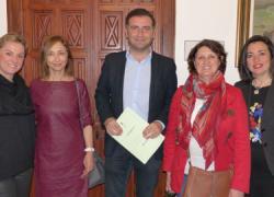 Moguer renueva los convenios con las asociaciones locales ACFA, Afame y Puerta Abierta para seguir colaborando con los colectivos más necesitados y entrega varias ayudas económicas a la comunidad educativa