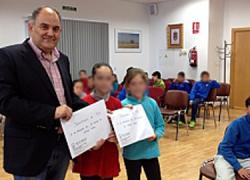 50 escolares del CEIP San Isidro de Huétor Tájar participan en una iniciativa por la cual le entregan al alcalde de la localidad granadina sus sugerencias y propuestas para mejorar su municipio desde su punto de vista