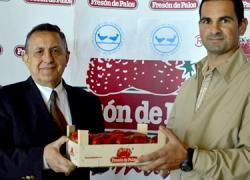 """La cooperativa de Palos de la Frontera """"Fresón de Palos"""" colabora con el Banco de Alimentos entregando 27.000 kilos de fresas a la organización benéfica, ayudando así a más de 20.000 personas"""