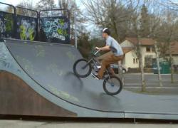 Los vecinos y vecinas de Coín ven aumentada la oferta deportiva del municipio con la apertura del nuevo Skate Park, que estrenaron con un concurso de piruetas y una exhibición de aficionados