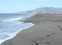 La playa 'El Playazo' de la localidad almeriense de Vera está siendo regenerada con arena nueva para paliar los daños causados por varios temporales de cara a la época estival, dentro del Plan Litoral 2015