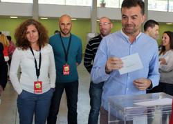 24M: El coordinador regional de IU, Antonio Maíllo, vota en Aracena y confía en que de estas elecciones salgan ayuntamientos fuertes para contribuir a la construcción de un nuevo modelo de país