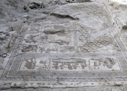 Las excavaciones arqueológicas en el centro de Écija sacan a la luz un nuevo mosaico romano de 40 metros cuadrados, en excepcional estado de conservación, que representa las historias amorosas del dios Zeus