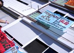 El vecindario Palma Palmilla de Málaga llena de reivindicaciones las fachadas de sus bloques de viviendas con el lema 'Tenemos un plan' para reclamar mejoras sobre educación, empleo, salud o vivienda