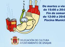 El municipio cordobés de Iznájar pone en marcha su bibliopiscina, un servicio gratuito de préstamos de libros para que los vecinos y vecinas puedan disfrutar de la lectura durante el verano en la piscina