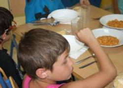 San Juan de Aznalfarache, en colaboración con la ONG Asamblea de Cooperación por la Paz, vuelve a poner en marcha el comedor de la escuela de verano municipal que acoge a más de cien niños y niñas