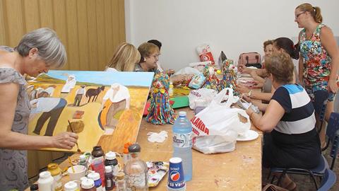 Más de 400 personas participan en los Talleres de Ocio y Tiempo libre puestos en marcha por Los Palacios y Villafranca para los meses de julio y agosto con talleres de corte y confección o pintura artística