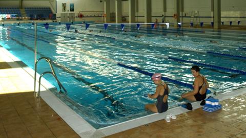 140 niños y niñas participan durante el mes de julio en el Campus Deportivo de Verano de Fuengirola que tiene como objetivo la formación a través del deporte, talleres pedagógicos y excursiones