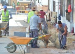 """Reurbanizadas una decena de vías públicas en Palos de la Frontera, Mazagón y La Rábida gracias al programa """"Barrio por Barrio, Calle por Calle"""" para fomentar el empleo local en el municipio onubense"""