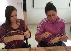 Los y las jóvenes del municipio granadino de Huétor Tájar recuperan los oficios artesanos de cestería y encaje de bolillo con la ayuda de las personas mayores que en su día tuvieron esta profesión