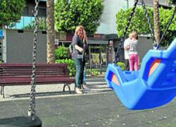 Roquetas de Mar contará con una zona más amplia de juegos infantiles en el boulevar de la Paz gracias a la petición realizada por el vecindario de la zona de mejorar la seguridad de niños y niñas
