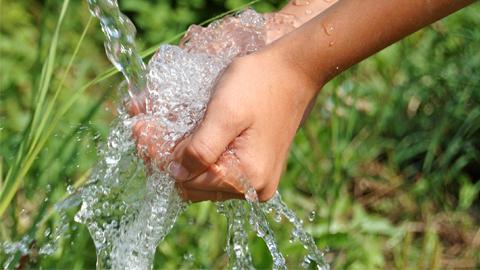 Marbella trabaja con las entidades que gestionan el servicio del agua para ampliar el apoyo a las familias con menos recursos a través bonificaciones de la ordenanza municipal y del Fondo Social del Agua