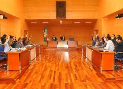 El Ayuntamiento de Fuengirola ha aprobado su nuevo presupuesto municipal para el próximo año presentando 83,6 millones en ingresos, un balance positivo de 7,7 millones de euros y una bajada de impuestos