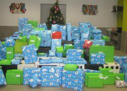 115 niños y niñas de 58 familias desfavorecidas de Punta Umbría reciben regalos esta Navidad gracias a la campaña solidaria 'Sonríe con un juguete' puesta en marcha por la Casa de la Juventud