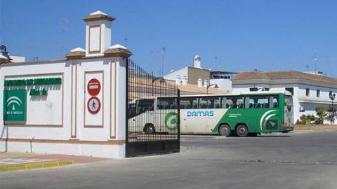 Almonte apuesta por la movilidad sostenible con la firma de un convenio para el transporte público de la localidad onubense, El Rocío y Matalascañas, con descuentos para los desplazamientos a Sevilla