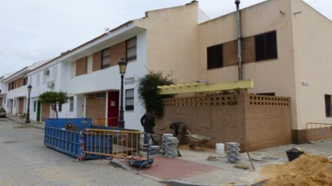 El programa municipal de ampliación de acerado y reducción de barreras arquitectónicas continúa desarrollándose en distintos barrios de Moguer con el objetivo de mejorar la movilidad de los vecinos y vecinas