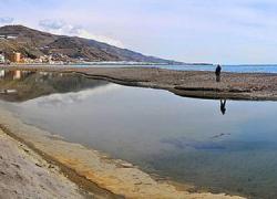 Las lluvias torrenciales que cayeron sobre la zona granadina de la Alpujarra Baja han dado origen a una nueva playa cercana a la localidad de El Pozuelo complementada con una laguna que llenan las mareas