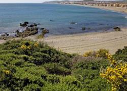 Comienza la instalación del equipamiento contemplado en el Plan de Playas de Casares consistente en nuevas pasarelas, papeleras y la novedad de islas ecológicas para la separación y reciclaje de residuos