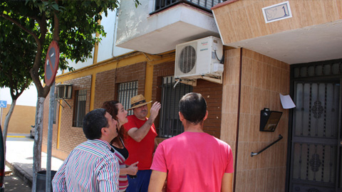 El municipio sevillano de La Rinconada sustituye los símbolos franquistas existentes en bloques de vivienda por la imagen de la paloma de la paz de Picasso en cumplimiento de la Ley de la Memoria Histórica