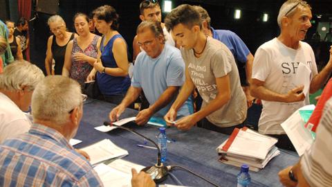 Una treintena de pescadores y pescadoras cangrejeros de Los Palacios y Villafranca recogen sus autorizaciones para comenzar la campaña de pesca del cangrejo rojo