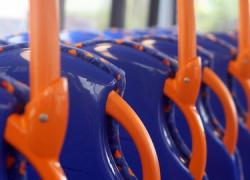El apeadero de autobuses de Tarifa será renovado a la par que se lleva a cabo una campaña de fomento del transporte público mediante dos convenios con la Junta