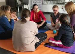 Una serie de talleres fomentan la formación y la participación ciudadana a través de diferentes actividades como 'Yoga en familia' en Alcalá la Real
