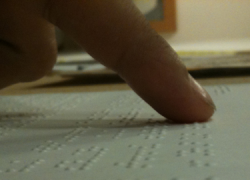Una vecina de Osuna pide etiquetas en braille para productos de higiene, alimentación y cosmética